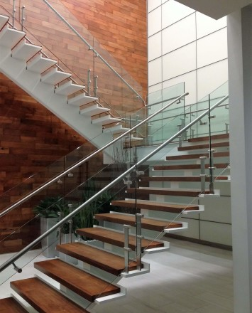 Stair at La Cantara HQ, CA, Kubit short posts with glass infill panels.