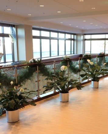 Circum handrail with cast patterned glass infill installation at the Adventist Cancer Ctr, IL.