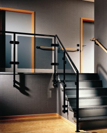 Hewi guardrail with tinted glass infill installation in a private residence in Germany