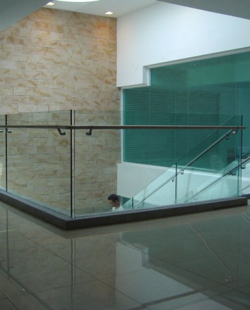 Stainless steel handrail with glass baffles
